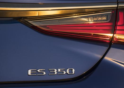 2019_Lexus_ES_005_847894D08F456235102BFBFFEC5AC88F843F9178_low.jpg